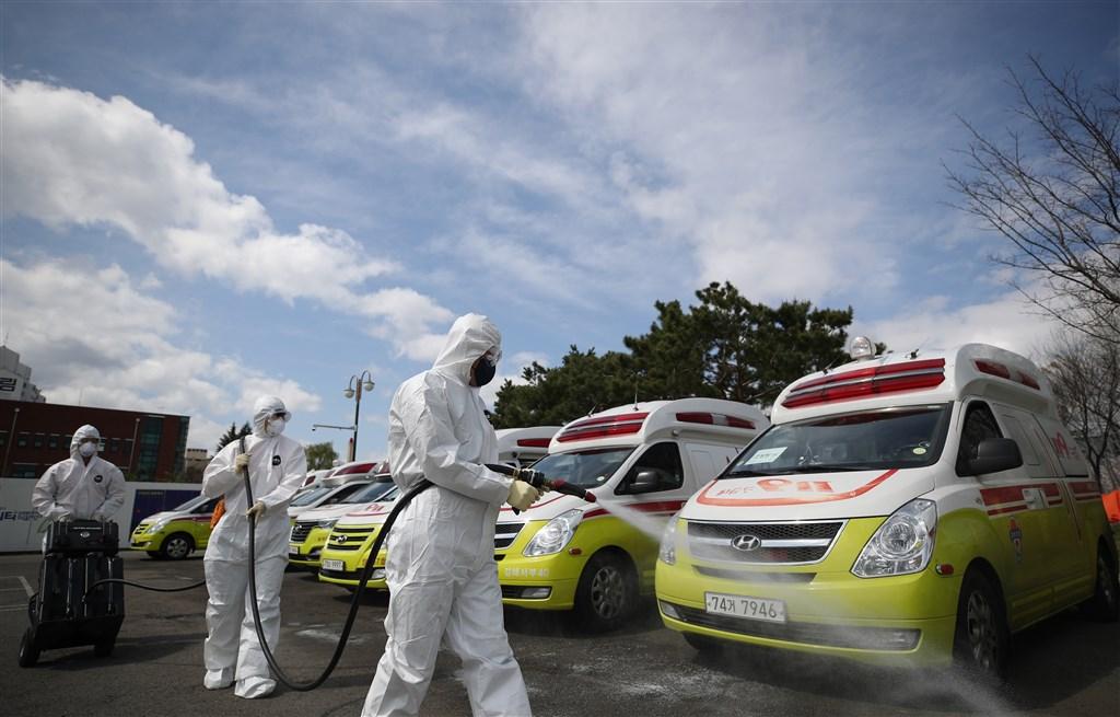 韓聯社報導,一名確診武漢肺炎的病患20日從忠清北道轉送至首爾的醫院中脫逃,警方正追查他的行蹤。圖為韓國防疫人員消毒救護車。(韓聯社提供)