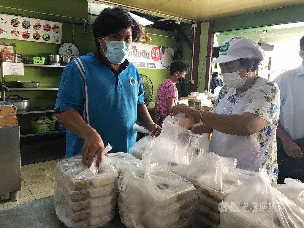 泰國疫情延燒,曼谷忠姐燒肉店每天做上千個免費便當送給醫院,老闆娘忠齋(右)希望盡一己之力回饋醫護人員。中央社記者呂欣憓曼谷攝  109年3月31日