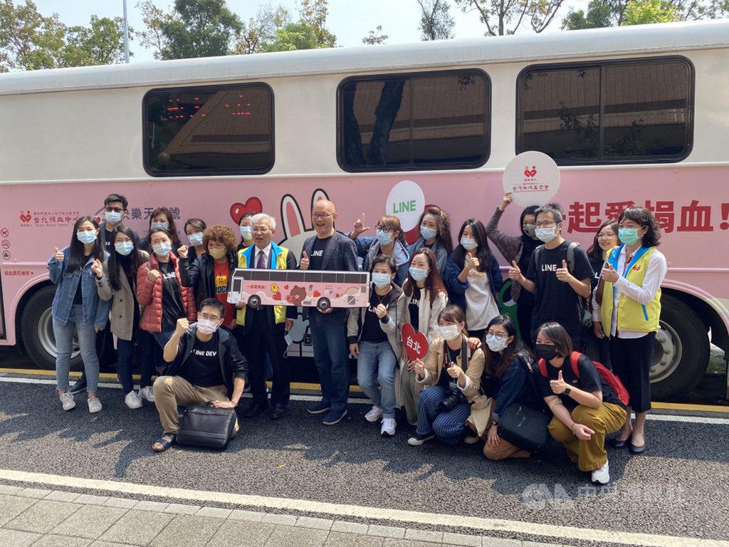 通訊軟體LINE與台灣血液基金會攜手打造全球首發的5輛LINE FRIENDS主題限定捐血車,31日起陸續上路,希望帶動年輕人對捐血議題的支持和參與。中央社記者吳家豪攝 109年3月31日