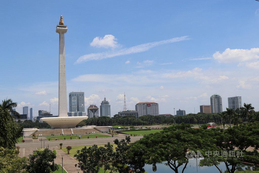 為控制武漢肺炎疫情,印尼即將禁止所有外國旅客入境或轉機,僅少數旅客例外。圖為印尼民族獨立紀念碑,也是雅加達知名地標,因武漢肺炎疫情對外關閉。中央社記者石秀娟雅加達攝 109年3月31日