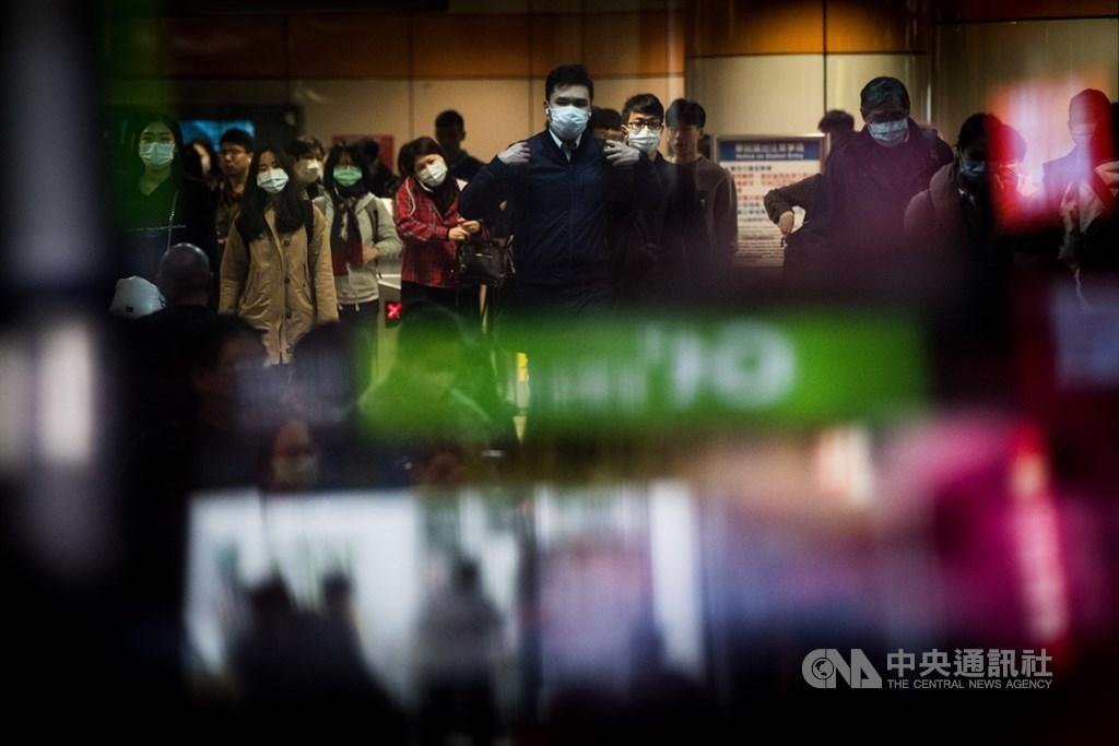 衛生福利部長陳時中31日說,目前規範社交距離大致走向是有些地方沒辦法,如捷運等交通工具,「那個情況希望大家就把口罩戴起來吧」。(中央社檔案照片)