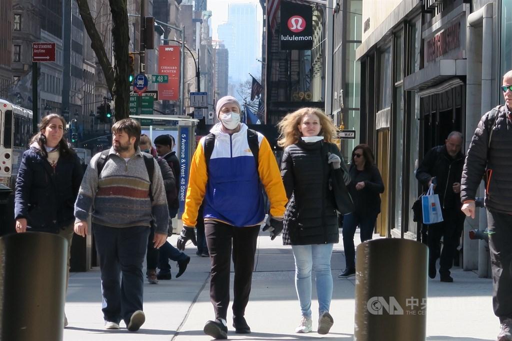 隨著美國確診破15萬,越來越多專家反思美國人不戴口罩的觀念,舉出百年前戴口罩抗疫的事實、台灣生產口罩的例子,呼籲「美國人該面對現實了,戴口罩有幫助」。圖為美國曼哈頓街頭。(中央社檔案照片)