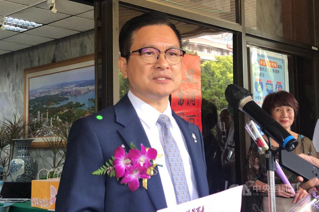 台灣自來水公司31日舉辦新、卸任董事長交接,卸任董事長魏明谷(中)針對未來是否再戰彰化縣長受訪表示,現階段要先陪家人。中央社記者趙麗妍攝 109年3月31日