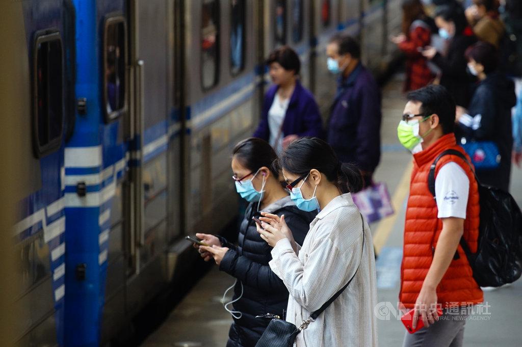 武漢肺炎疫情延燒,台鐵配合防疫工作,將自4月1日起在大型車站實施進站旅客量測體溫,若確認旅客發燒,會先勸導旅客不要搭乘。中央社記者王騰毅攝 109年3月31日