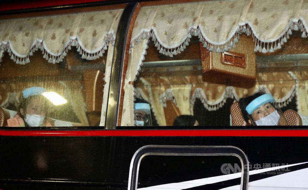 第2架湖北類包機30日晚間抵台,接回滯留中國湖北的214名台灣人,返台旅客在經過防疫檢查後,31日凌晨搭乘專車送往檢疫所進行14天安置隔離。中央社記者張皓安攝 109年3月31日