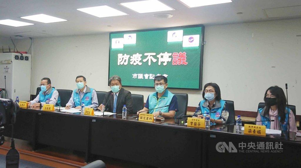 2019冠狀病毒疾病(COVID-19,武漢肺炎)疫情延燒,台南市議會議長郭信良(左3)31日舉行記者會宣布,台南市議會「防疫不停議」,預定4月30日開議的定期大會將如期舉行。中央社記者張榮祥台南攝  109年3月31日
