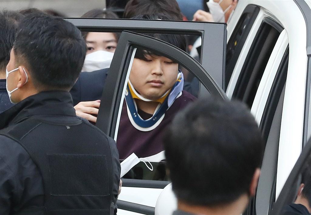 韓聯社報導,N號房事件中涉嫌拍攝及散布性剝削影片嫌犯趙主彬(中)的辯護律師31日表示,趙主彬已深切反省,並承認犯行。(韓聯社提供)