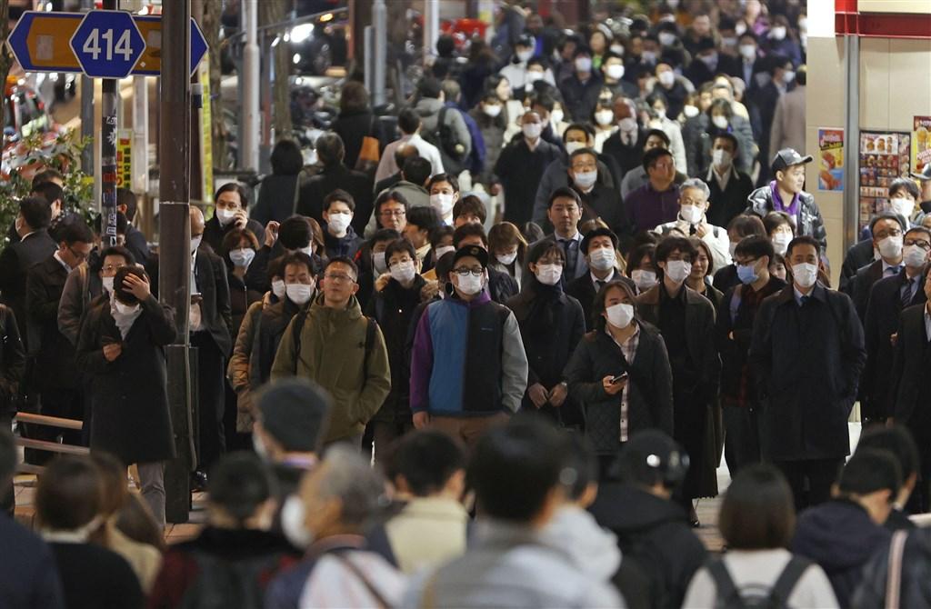 日本武漢肺炎確診病例31日突破2000例。圖為新宿街頭民眾戴口罩防疫。(共同社提供)