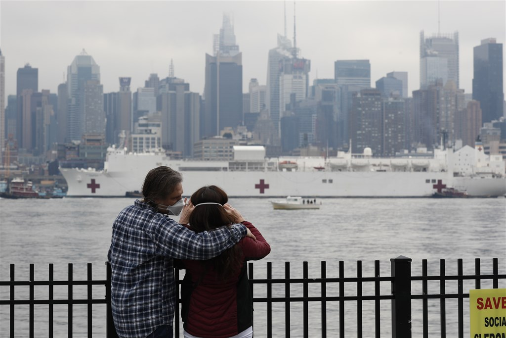 紐約州政府已要求醫院擴增容量至少50%,與此同時,擁有1000張病床的安慰號30日上午駛進紐約港,協助紐約地區醫院騰出更多床位治療武漢肺炎患者。(中新社提供)