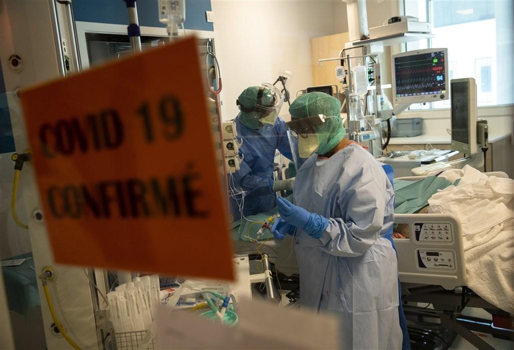 比利時衛生官員31日表示,一名確診武漢肺炎的12歲女孩病故,不僅是比利時首位兒童死亡病例,還是目前歐洲已知的最年輕病故患者。圖為比利時醫護人員救治武漢肺炎患者。(美聯社)