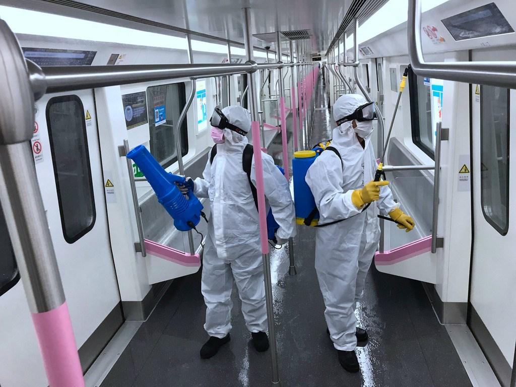 湖北省3月25日更新縣市疫情風險等級評估,將疫情最嚴重的武漢市降為中風險,這也代表中國疫情高風險縣市歸零。圖為清潔人員消毒武漢地鐵車廂準備復駛。(中新社提供)