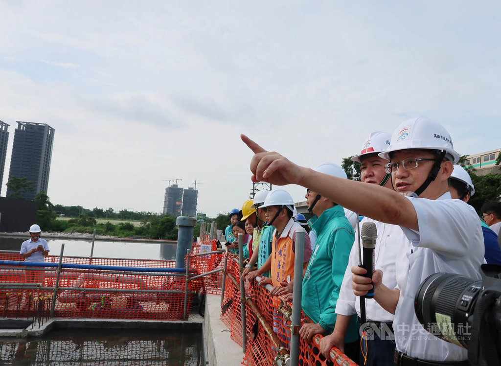 高雄市水利局副局長韓榮華(右)1日出任台南市政府水利局長,允諾將全力協助台南市做好排水及水利相關工作。中央社記者王淑芬攝  109年4月1日