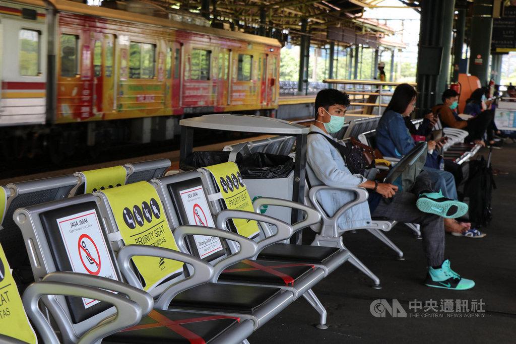 位於雅加達的甘比爾車站是雅加達3個長途火車站之一,也有頻繁的通勤列車停靠,因武漢肺炎疫情影響,3月31日的車站顯得冷清。中央社記者石秀娟雅加達攝  109年4月1日