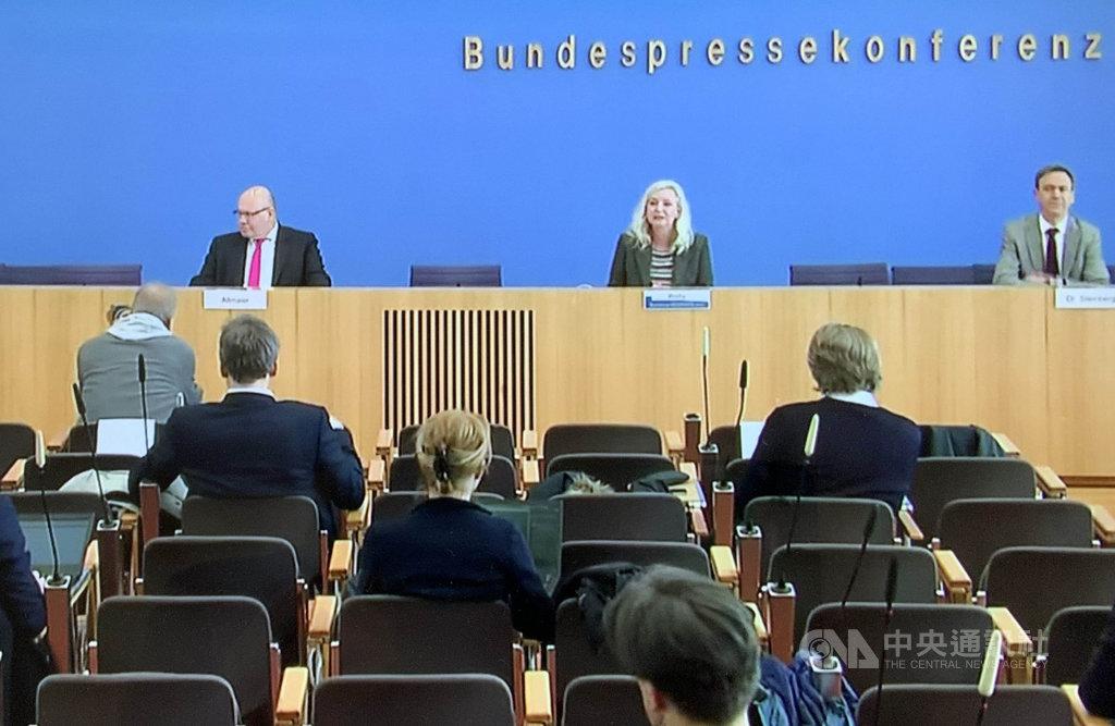 自從社交距離規定實施以來,德國政府的記者會即改在網路上直播,記者即使到了現場也盡量隔開坐。中央社記者林育立柏林攝 109年4月1日
