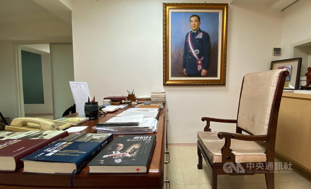 前行政院長郝柏村3月30日因病去世,享嵩壽101歲。郝柏村生前使用的書房1日公開給媒體拍攝。中央社記者謝佳璋攝  109年4月1日