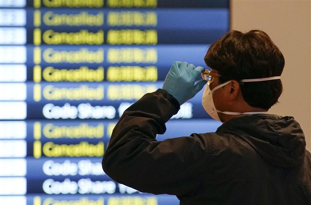 日本政府致力防堵武漢肺炎疫情,首相安倍晉三1日表示,將擴大實施入境禁令,總計禁止來自台灣等73個國家和地區的旅客入境。(共同社提供)