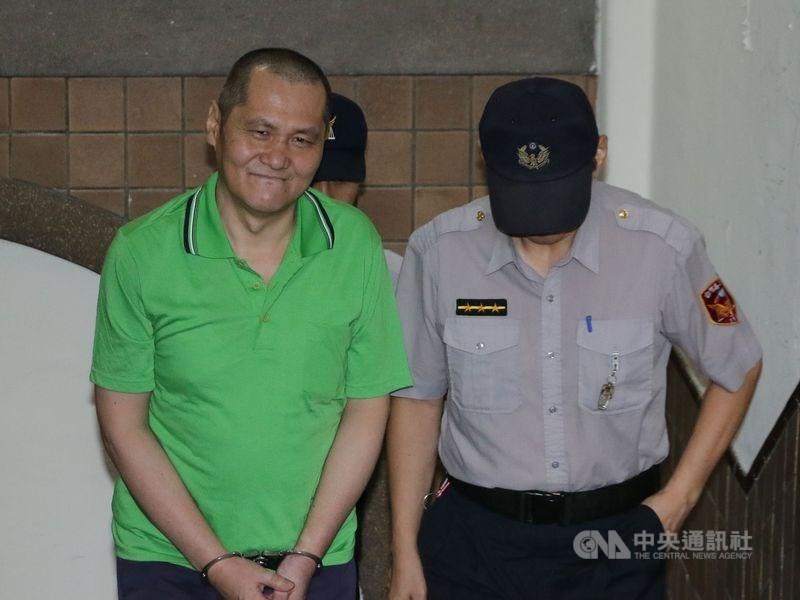 在除夕夜縱火燒死6親友的翁仁賢(前左)1日遭槍決伏法。(中央社檔案照片)