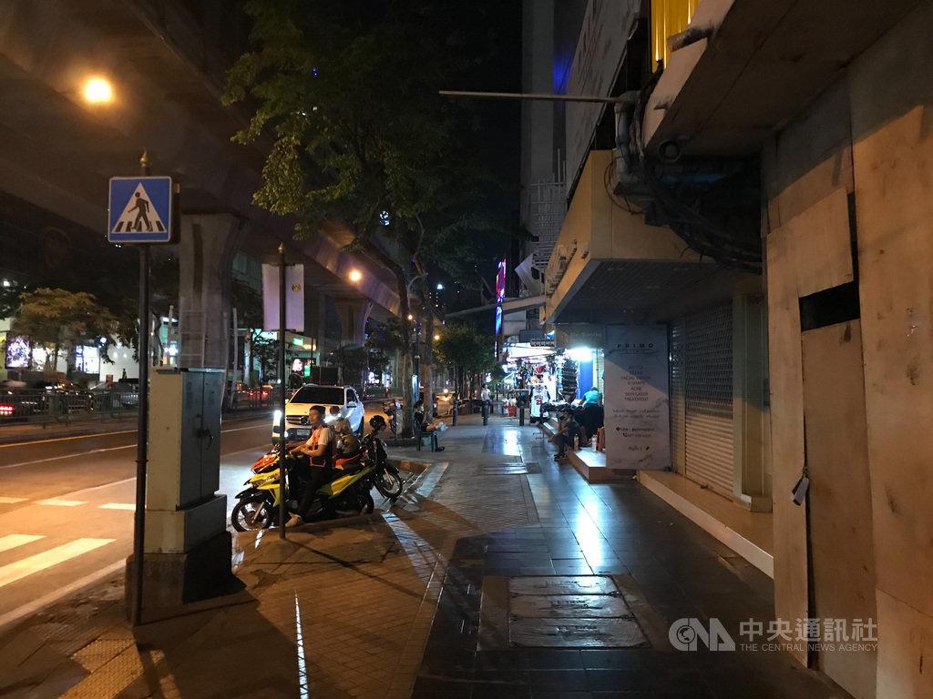 泰國政府2日宣布,從3日起實施宵禁,每天晚間10時到翌日凌晨4時所有民眾禁止出門。圖為曼谷市中心席隆區(Silom)道路冷清的景象。中央社記者呂欣憓曼谷攝 109年4月2日