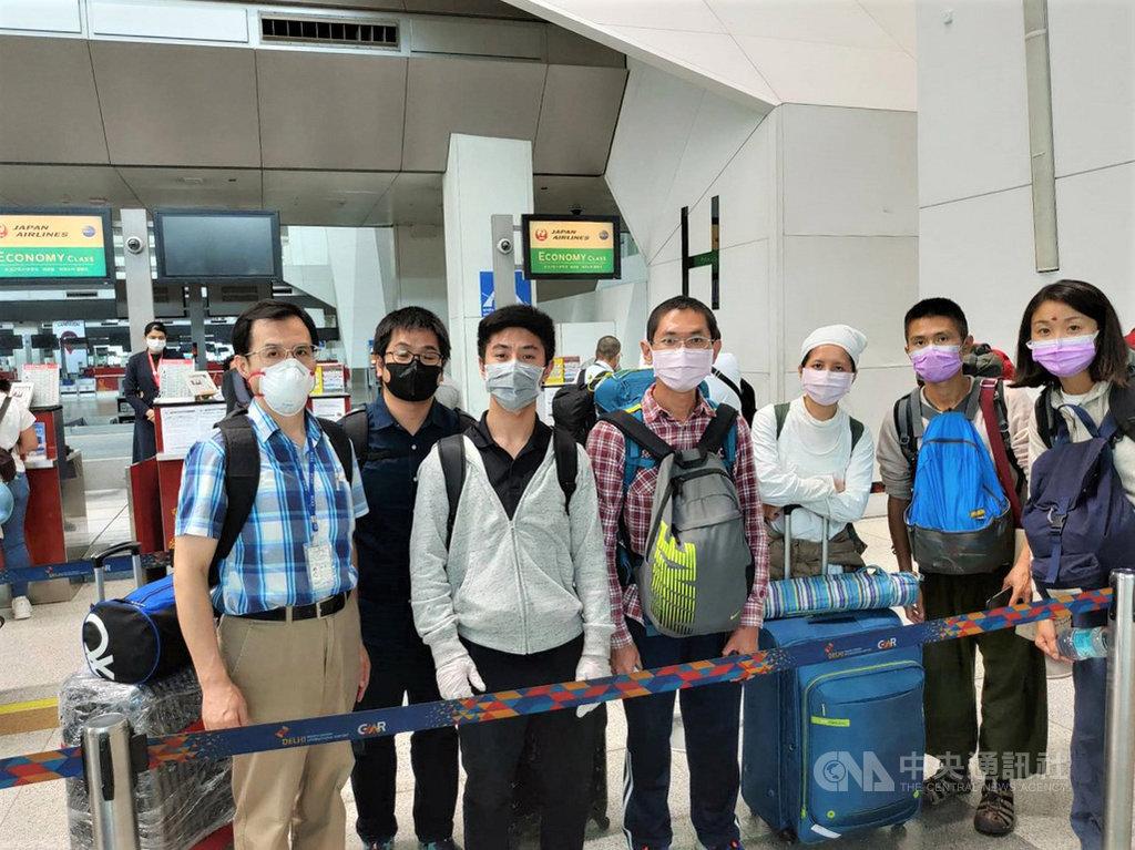 駐印度代表處副代表陳志浩(左1)1日在日本航空櫃檯協助欲搭乘日航專機赴東京轉機回台的台灣人登機,並陪同排隊辦理登機手續。(駐印度代表處提供)中央社記者康世人新德里傳真 109年4月2日