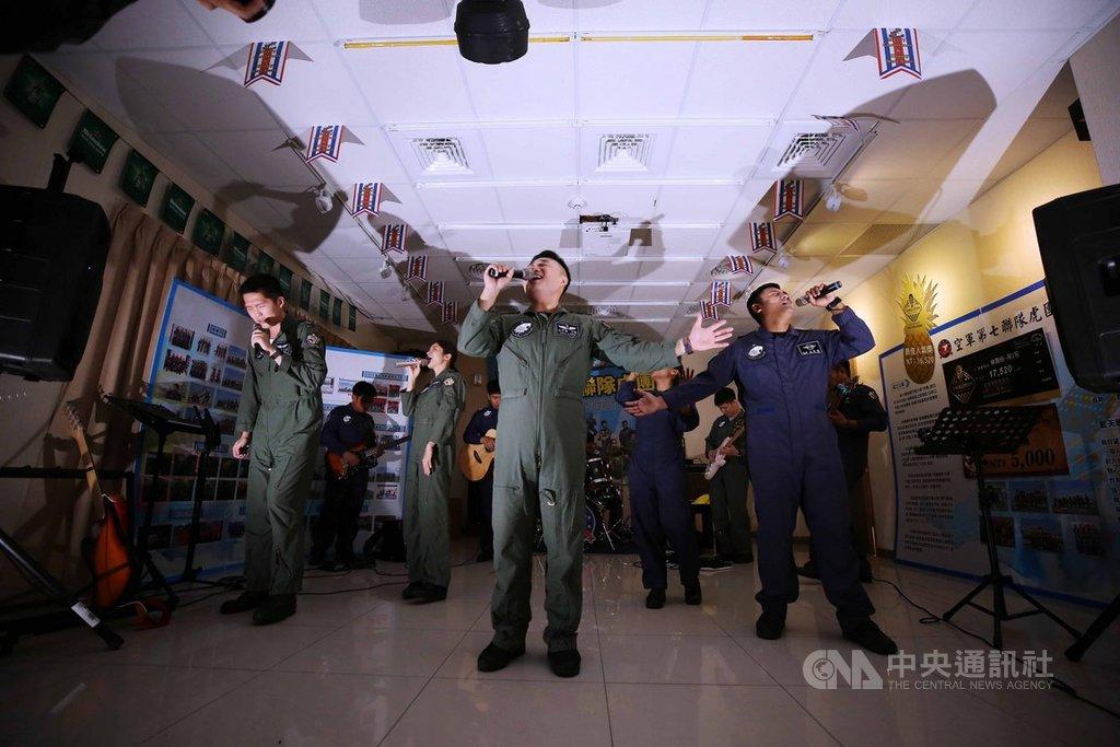 由F-5飛官、地勤人員組成的「虎團」,除了協助軍方招募,也會利用勤餘時間前往公益機構演出。中央社記者游凱翔攝 109年4月2日