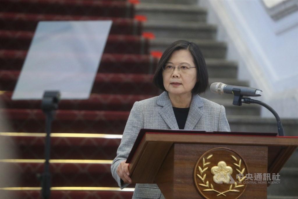 總統蔡英文(圖)1日在總統府敞廳發表談話,她表示,前階段台灣組好國家隊,這個階段要打國際盃。基於人道考量,台灣會積極加強跟各國的防疫合作,將捐贈1000萬片口罩支援疫情嚴重國家的醫療人員,後續會視產能給予國際社會更多的支持。中央社記者鄭傑文攝 109年4月1日