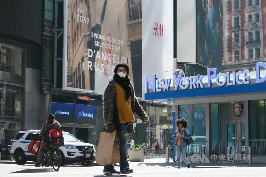 美國衛生官員仍在權衡是否建議民眾戴口罩以避免武漢肺炎傳播。圖為紐約時報廣場上民眾戴口罩防疫。中央社記者尹俊傑紐約攝 109年3月25日