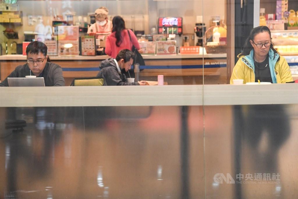 因應武漢肺炎疫情紓困,政府將推動酷碰券刺激消費。圖為台北車站一間餐廳,民眾用餐時分散座位。中央社記者林俊耀攝 109年3月31日