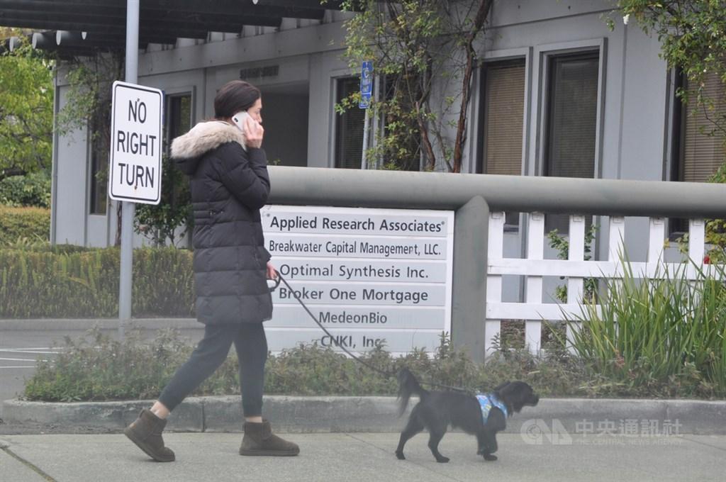美國加州舊金山灣區聖克拉拉郡(Santa Clara County)3月17日起施行居家防疫,但是民眾出門遛狗是可被接受的例外。中央社記者周世惠舊金山攝 109年3月18日