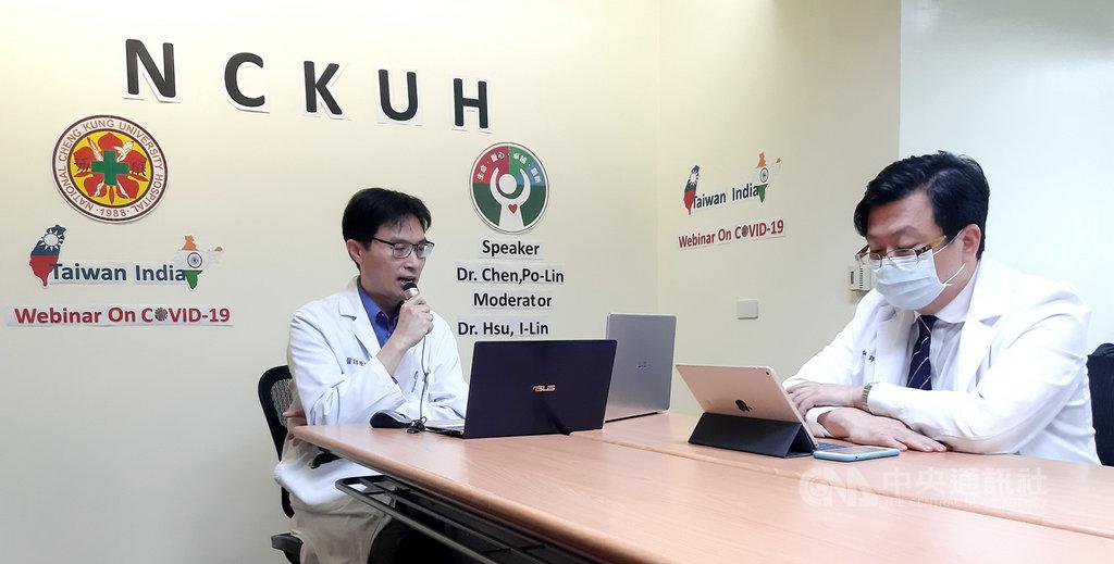 武漢肺炎疫情全球蔓延,台灣防疫有成,成大醫院檢疫站長陳柏齡(左)2日透過視訊,向印度8962名醫護人員發表專題演講,並當場回答印度醫護人員的提問。右為成大醫院國際醫療中心主任許以霖。(成大醫院提供)中央社記者張榮祥台南傳真 109年4月2日