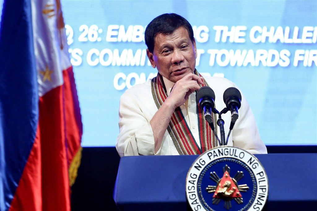 菲律賓總統杜特蒂在電視演說時撂重話,封城期間若有人惹麻煩,置軍警生命於險境,就「射殺他們」。(圖取自facebook.com/rodyduterte)