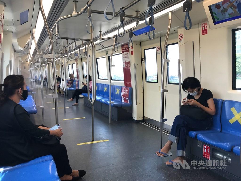 由於武漢肺炎疫情未趨緩,泰國政府決定3日起每晚10時至翌日凌晨4時實施宵禁。圖為泰國MRT系統的地下鐵用打叉標籤要乘客隔一個位置坐下。中央社記者呂欣憓曼谷攝 109年4月2日