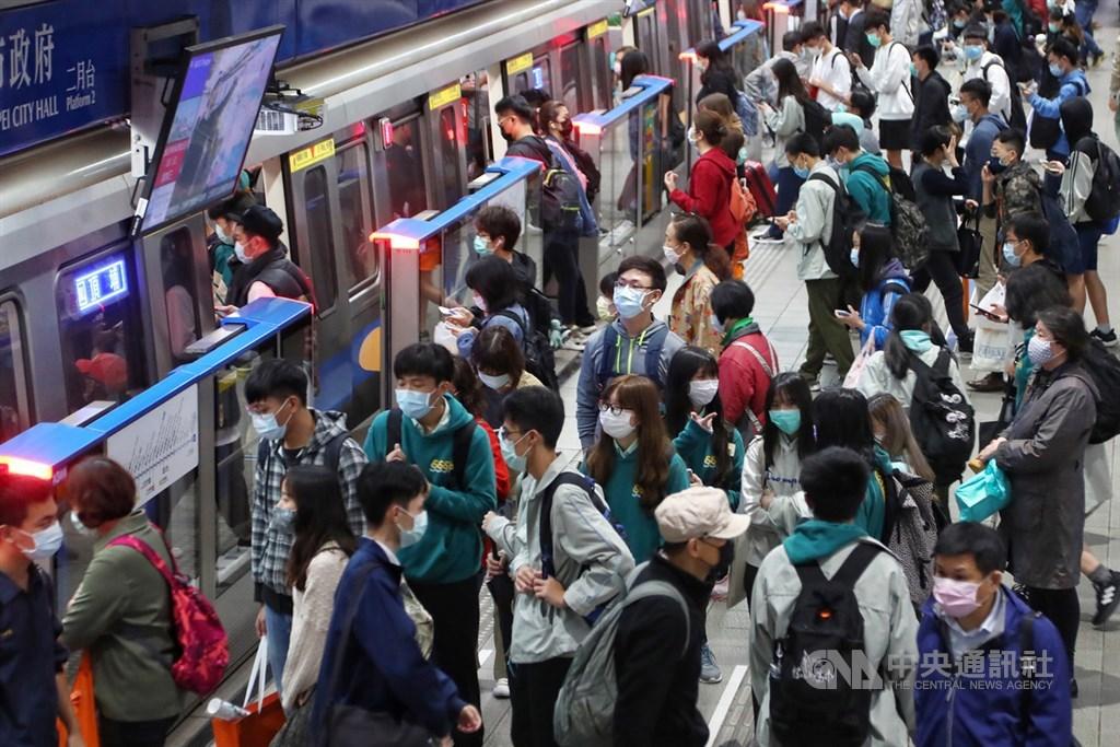 因應武漢肺炎疫情,台北市副市長黃珊珊表示,擬於9日成人14天可買9片口罩後,宣布沒戴口罩禁搭雙北公車與捷運。中央社記者王騰毅攝 109年4月1日