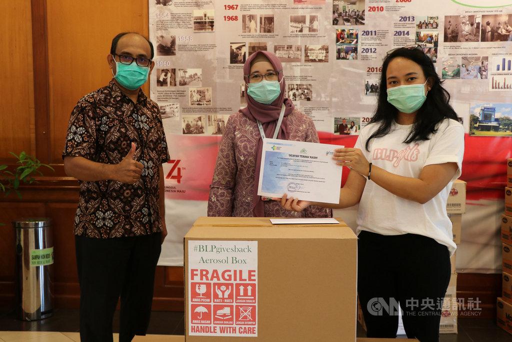 印尼美妝公司 BLP Beauty 資助壓克力廠商生產門諾醫院醫師賴賢勇發明的「防疫箱」, BLP Beauty 執行長克里絲塔(右1)3日將「防疫箱」致贈位於雅加達南區的法瑪瓦蒂(RS Fatmawati)醫院。中央社記者石秀娟雅加達攝 109年4月3日