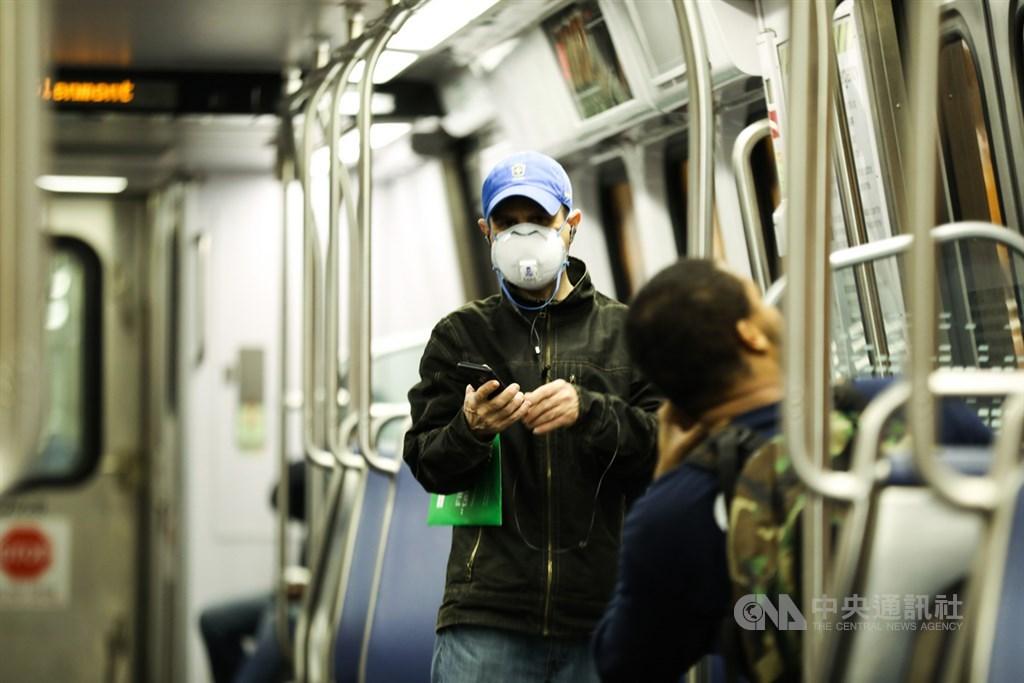 美國勞工部3日公布,美國3月裁減70萬1000名非農業就業人口,創下2009年3月以來單月最高縮減紀錄。圖為美國民眾在地鐵上戴著口罩防疫。(中央社檔案照片)
