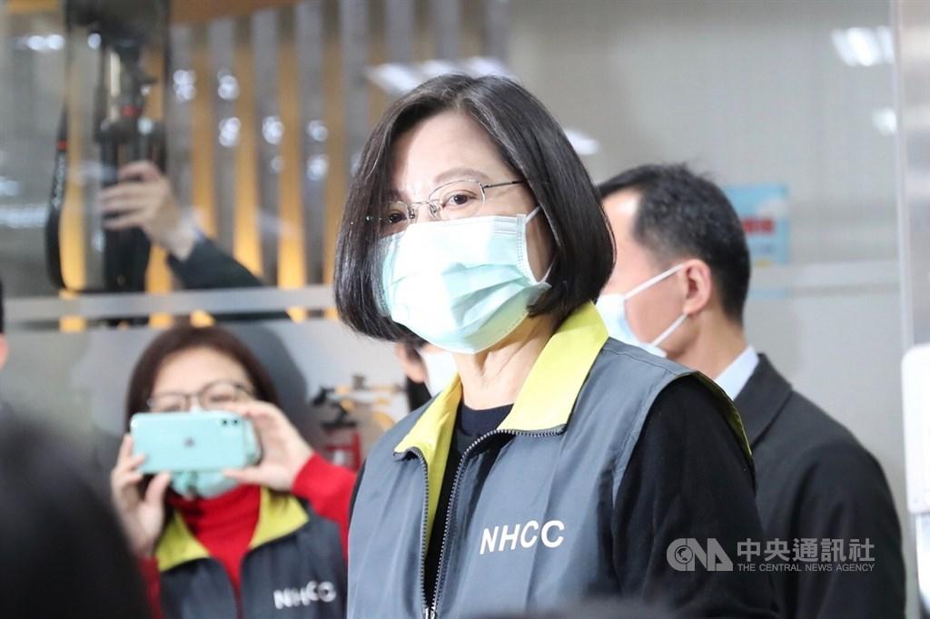 總統蔡英文(前)日前宣布捐贈美國200萬片口罩,對此,美國白宮國安會在官方推特表示,感謝台灣民眾給予美國的慷慨支持與合作。 中央社記者吳家昇攝 109年4月2日