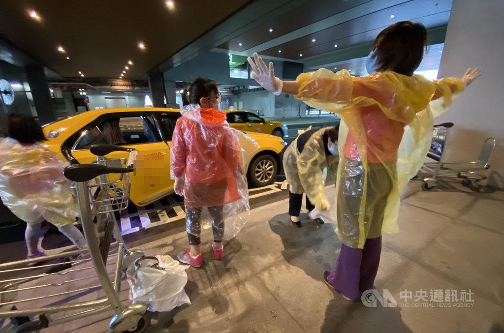 中央流行疫情指揮中心宣布,3日起入境旅客只要有發燒、呼吸道症狀,直接由防疫車隊送到集中檢疫所,等待採檢結果。一名媽媽帶著女兒檢疫時表示,事先不知道新規定,面對首日新措施,有點措手不及。中央社記者邱俊欽桃園機場攝 109年4月3日