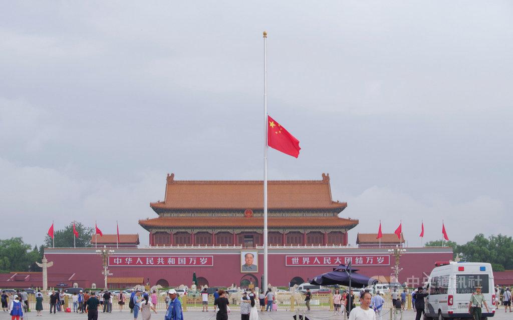 中國國務院宣布,為悼念疫情中犧牲的烈士與同胞,4日全國和駐外使館降半旗、停止公共娛樂活動。圖為2019年7月中國國務院前總理李鵬過世時,北京天安門降半旗。(中新社提供)中央社 109年4月3日
