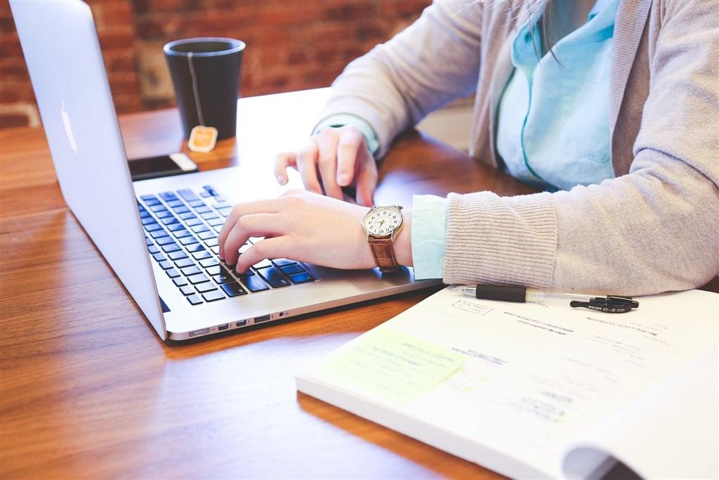 武漢肺炎疫情延燒,許多企業開始啟動居家辦公或遠距辦公,勞動部3日針對如何排定工作時間、出勤紀錄如何記載等釋疑。(圖取自Pixabay圖庫)