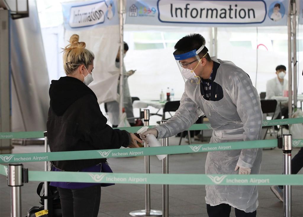 韓國疾病管理本部表示,韓國3日通報新增86起武漢肺炎病例,比前一天的89例少,境內確診病例累計1萬62。圖為檢疫人員在仁川機場替旅客做篩檢。(韓聯社提供)