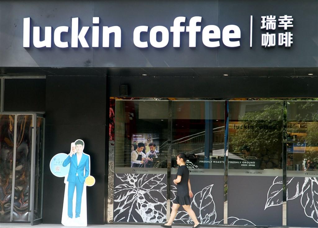 中國企業瑞幸咖啡2日公告,經內部調查發現,公司2019年偽造人民幣22億元(約新台幣93億元)的業績。消息一出,瑞幸在美股價暴跌逾8成。(檔案照片/中新社提供)