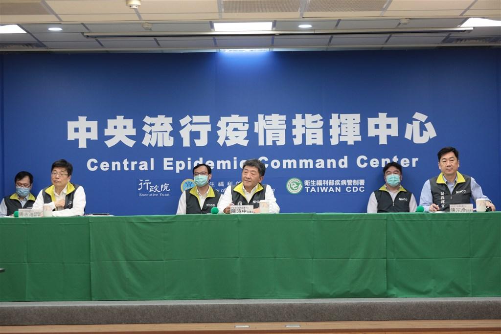 中央流行疫情指揮中心指揮官陳時中(右3)3日下午在記者會中宣布,奧捷團武漢肺炎確診者增至6人。(中央流行疫情指揮中心提供)