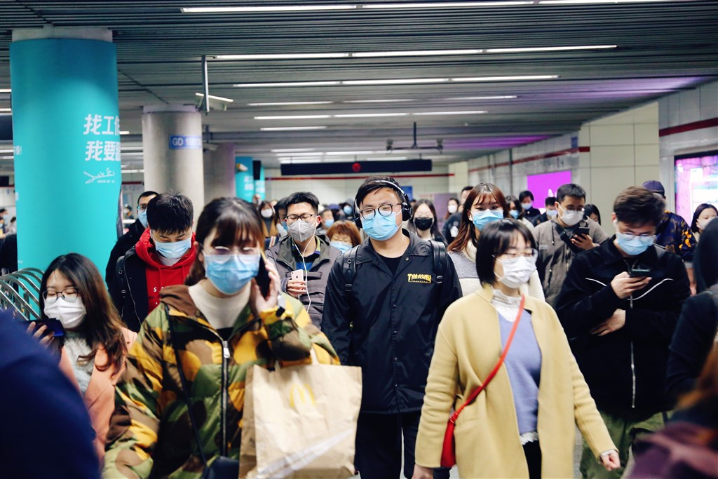 中國通報武漢肺炎疫情數字,2日新增確診31例,29例為境外輸入,其中7例原本為無症狀感染者。圖為上海地鐵站多數民眾戴口罩防疫。(中新社提供)