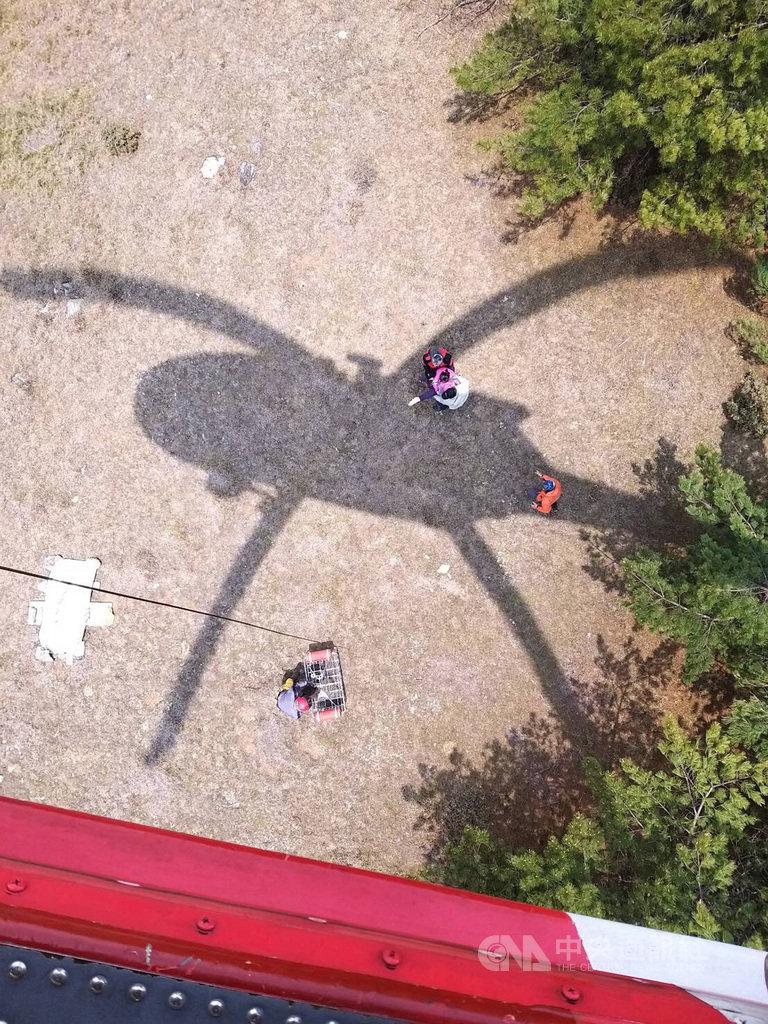 賴姓女登山客清明連假攀登百岳之一的喀西帕南山,不慎跌倒造成左腳踝骨折,空中勤務總隊3日獲報後從台東派出黑鷹直升機吊掛救援。(空中勤務總隊提供)中央社記者李先鳳傳真 109年4月3日