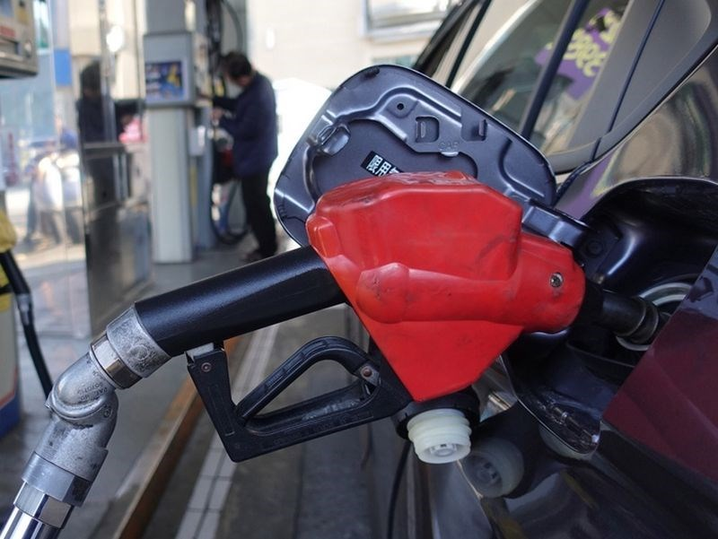 紐約與布倫特油價2日分別暴漲25%、21%,創史上最大單日漲幅,但油市供需失衡疑慮猶存。(中央社檔案照片)