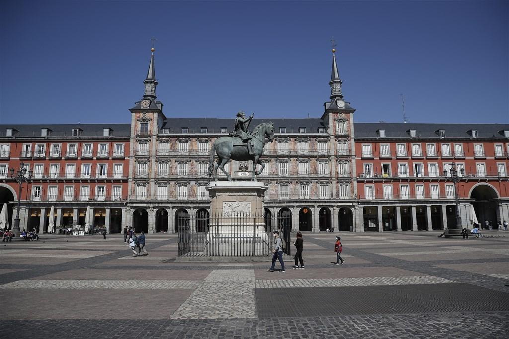 路透社報導,西班牙目前累積確診有11萬7710起,高居全球第2,僅次於美國。圖為馬德里主廣場民眾戴口罩防疫。(安納杜魯新聞社提供)