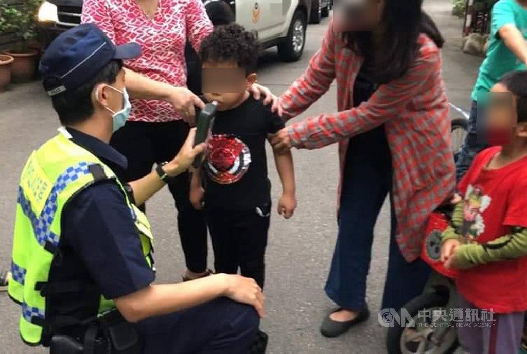 台中市大里區一名5歲男童3日傍晚騎腳踏車撞到百萬特斯拉電動車,楊姓車主報案後,警方到場為男童進行酒測。(楊姓車主提供)中央社記者郝雪卿傳真 109年4月4日
