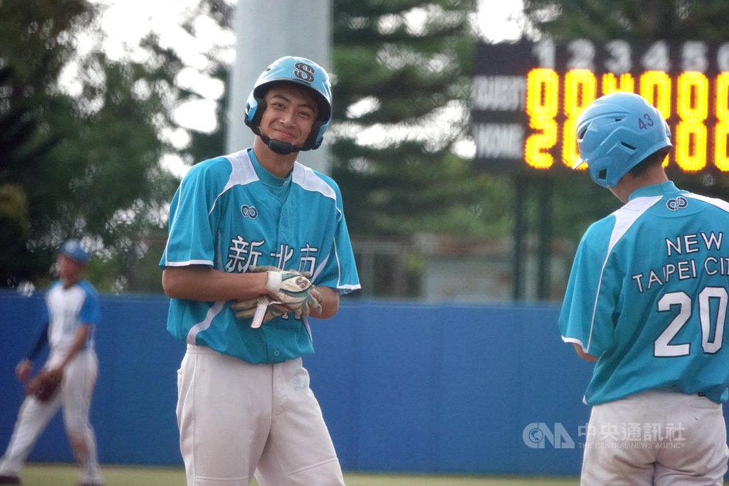 2020年東岸聯盟U18棒球邀請賽,新北市聯隊陣中好手陳浩恩(左)4日在季軍戰單場敲3安,貢獻1分打點,拿下賽會打擊獎第3名。中央社記者謝靜雯攝 109年4月4日
