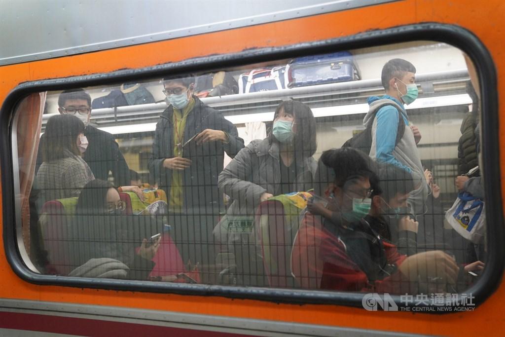 交通部次長祁文中4日說,搭大眾運輸未戴口罩或上車後拿掉,會先勸導不服才開罰。圖為1日台鐵列車上乘客皆戴口罩防疫。中央社記者徐肇昌攝 109年4月1日