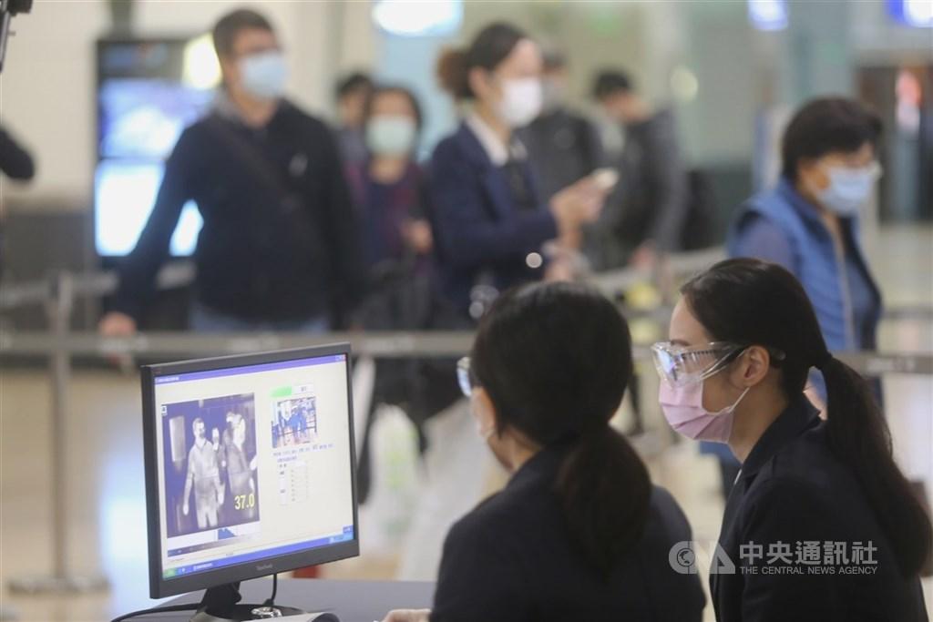 中央流行疫情指揮中心4日開會決議,居家隔離檢疫者隔離期滿後,擬增設7天自主健康管理,提醒少去公共場所、外出戴口罩。圖為高鐵對旅客實施體溫量測。(中央社檔案照片)