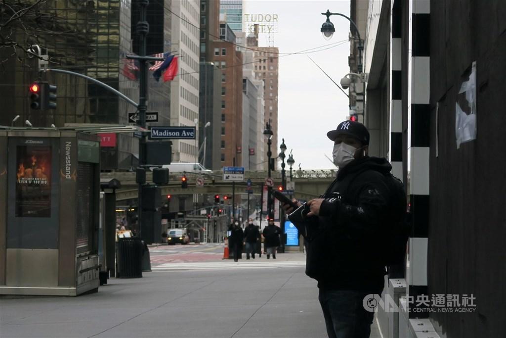 武漢肺炎疫情延燒,美國紐約市政府2日宣布防疫新方針,建議民眾出門以圍巾或其他創意方式罩住口鼻,圖為曼哈頓中城行人戴口罩防疫。中央社記者尹俊傑紐約攝 109年4月3日